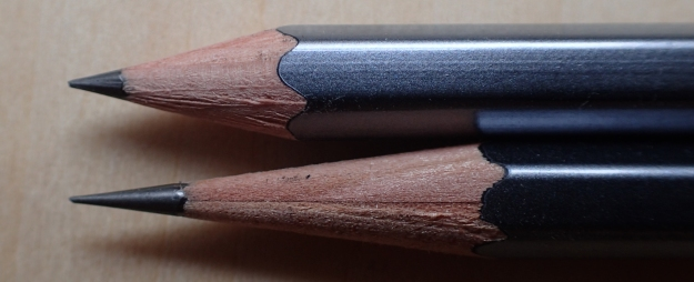 Sharpened points compared. The top example has been made with a KUM Mikro, that below with the KUM Long Point The Masterpiece. Pencils are Palomino Blackwing 602