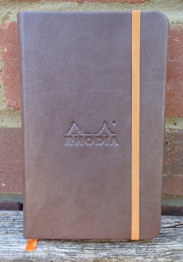The French made Rhodia Webbie Rhodiarama sketchbook has 96 (192 faces) 140mm x 87mm 90gsm Clairefontaine ivory plain pages. The hardback covers are slightly larger. There is a rear, gusset pocket inside the back cover, ribbon and elastic closure
