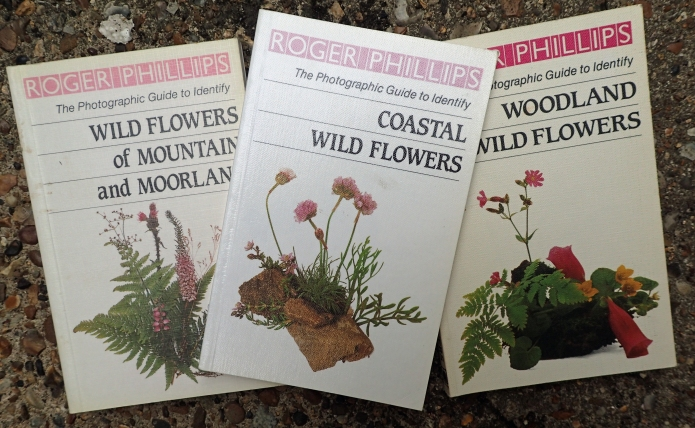 There are also a small number of pocket sized guides produced by Roger Phillips. These focus on a particular habitat and follow his usual photographic format