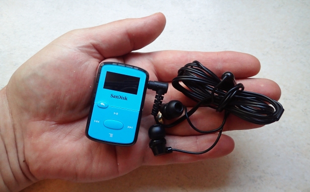 SanDisk Clip Jam MP3 player with JVC ear buds- 38g
