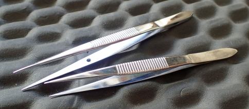 Two full size, stainless steel fine tip tweezers. Large: 12.7g, small: 10.1g