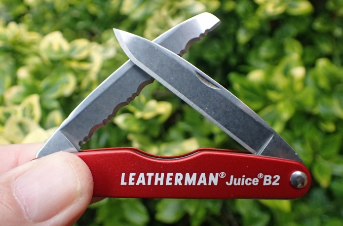 Leatherman Juice B2 comes with two blades