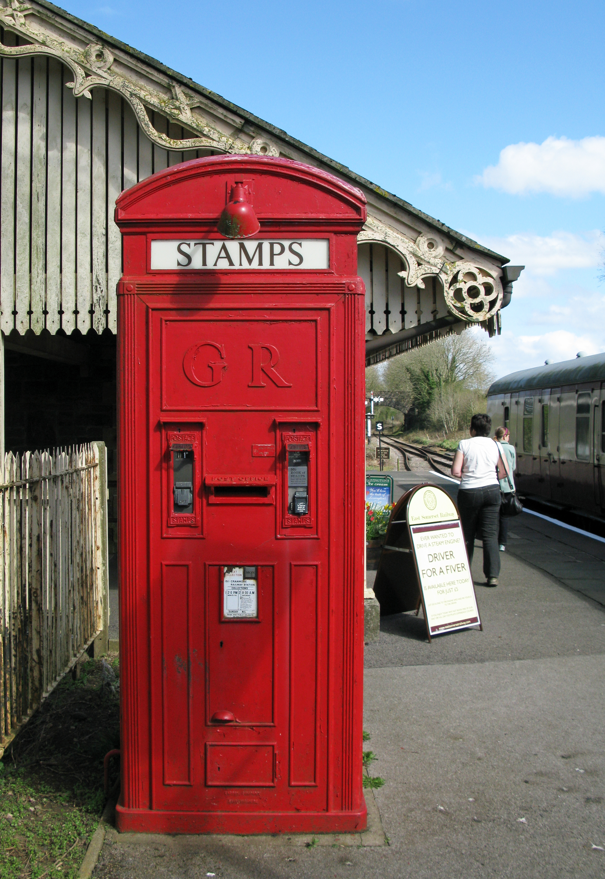 K4 combines a telephone with post box and two stamp vending machines