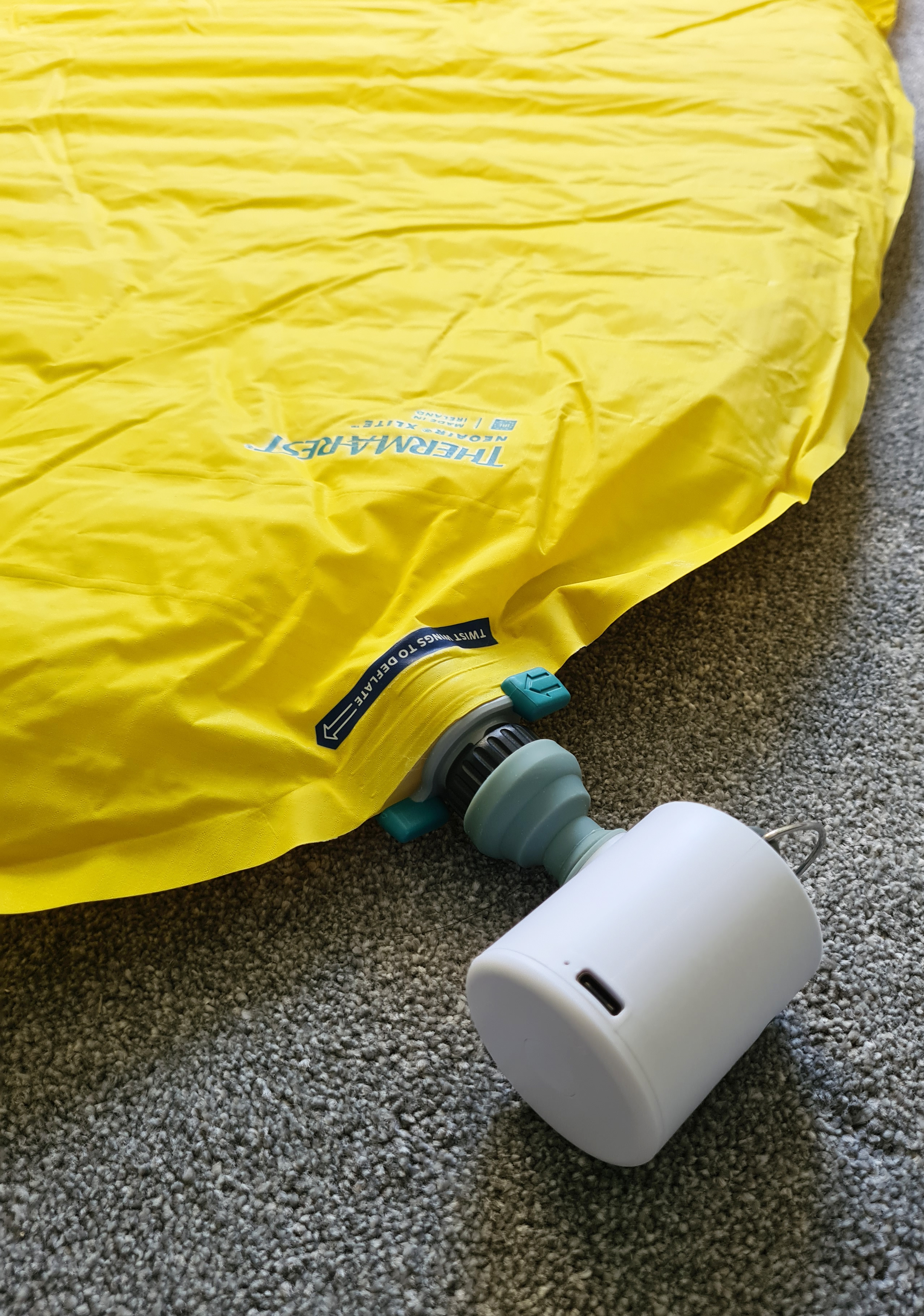 Inflating NeoAir XLite, with winglock valve, with FLEAXTAILGEAT Tiny Pump