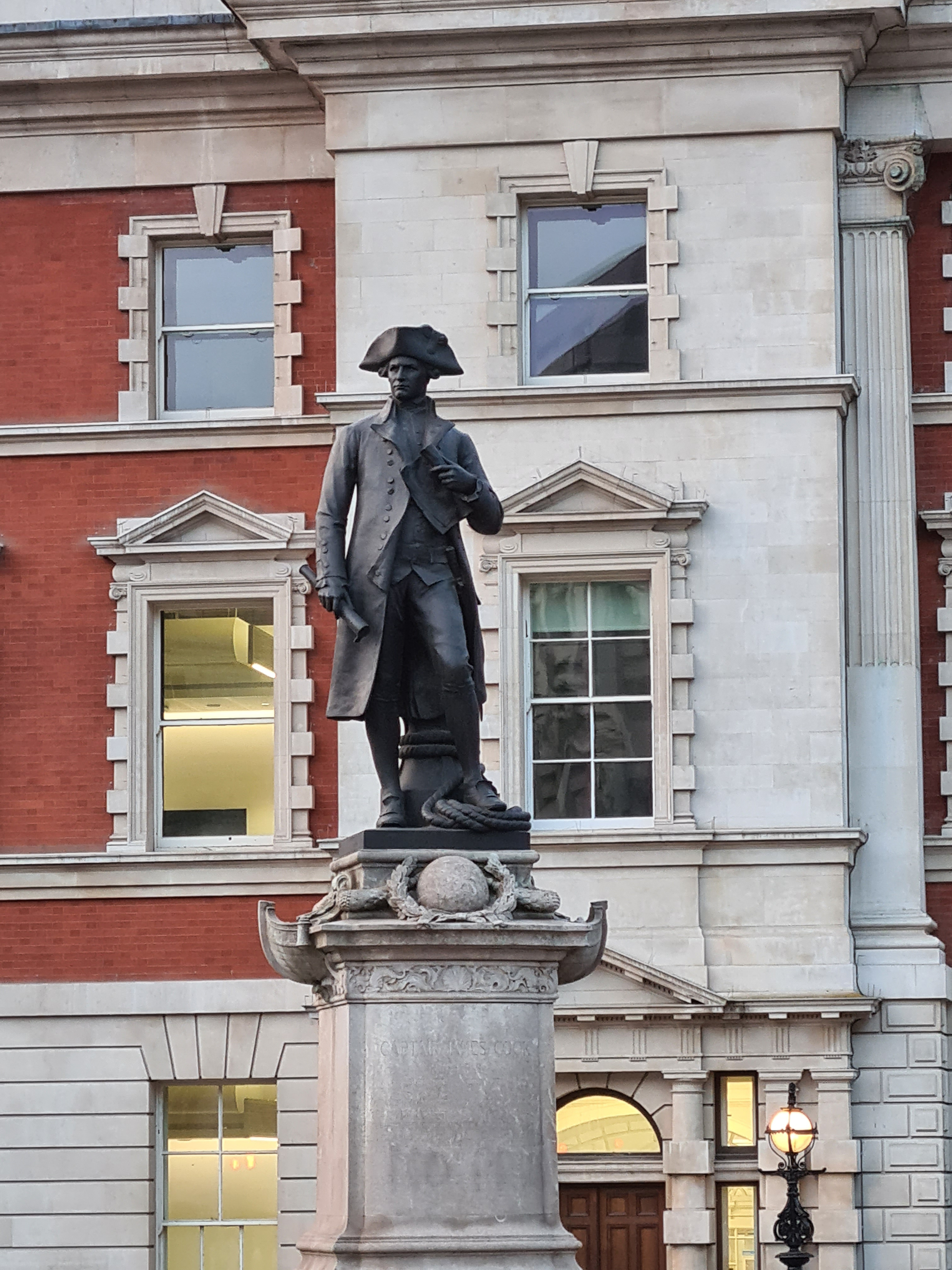Captain Cook, by Thomas Brock. East end of The Mall. 1914