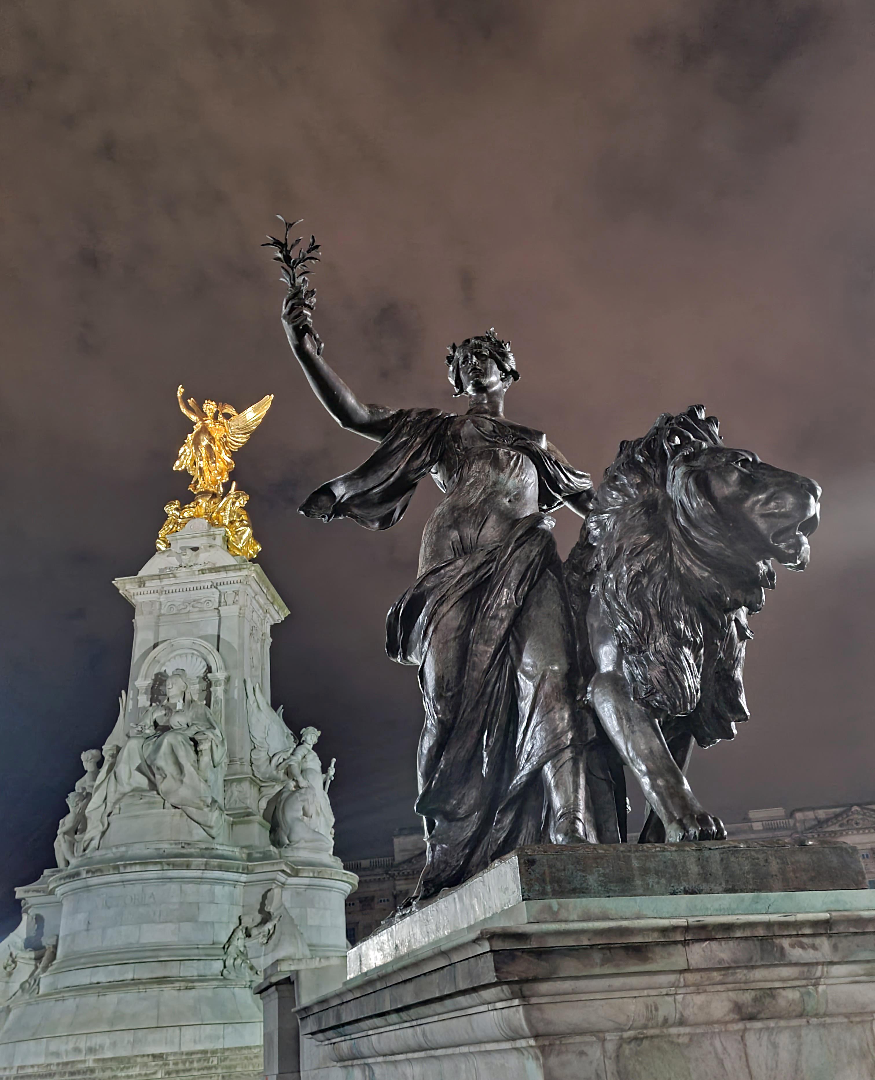 Buck House- Memorial to Queen Victoria