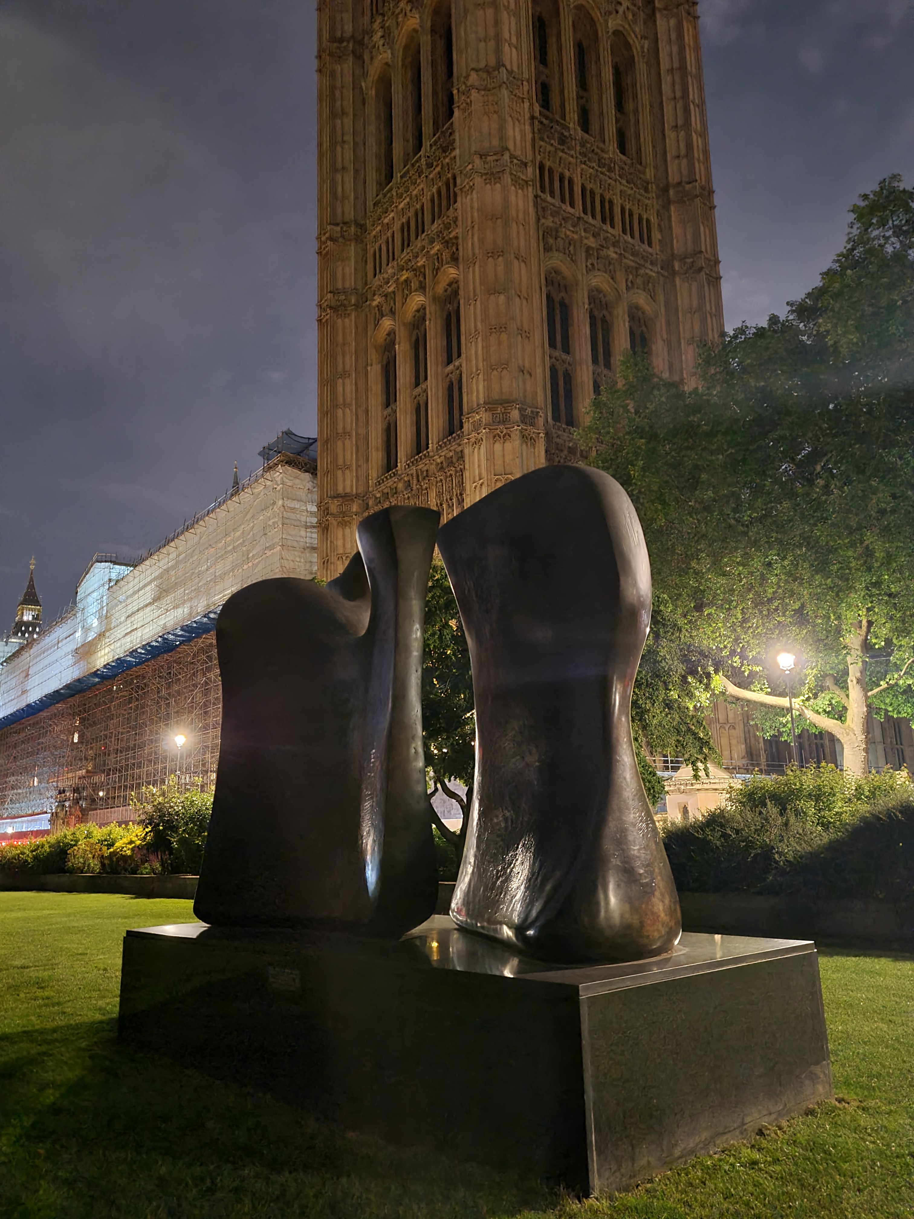 Knife Edge, Henry Moore. College Green, Westminster. 1962-5