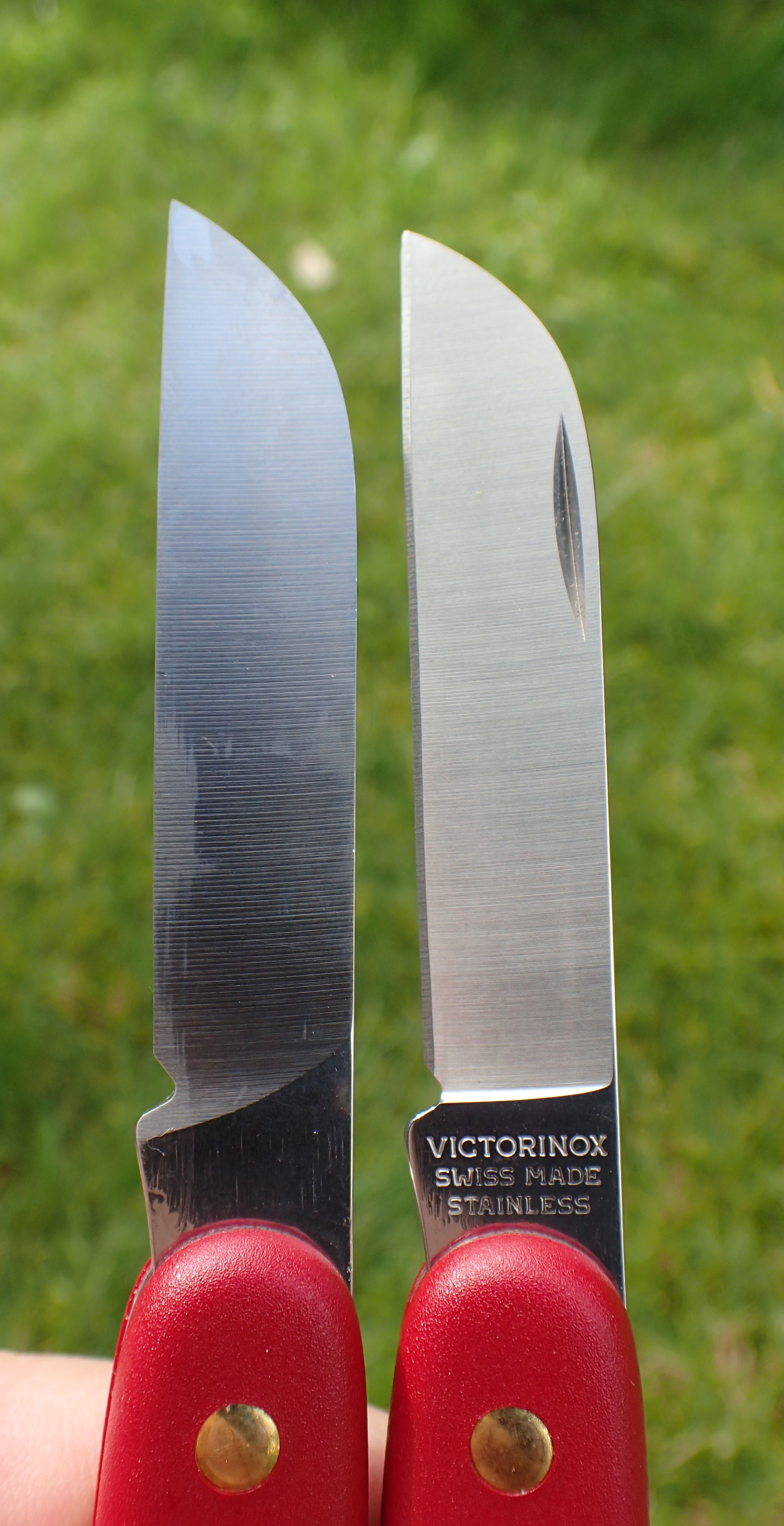 left and right handed variants of the 3.9050 horticultural knife